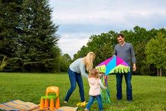 Familia feliz que tiene la diversión al aire libre y sonrisa Mamá, papá y daught fotos de archivo