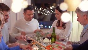 Familia feliz que tiene partido de cena en casa almacen de video