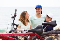 Familia feliz que tiene resto después de completar un ciclo Imagen de archivo