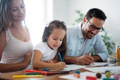 Familia feliz que tiene tiempo de la diversión en casa imágenes de archivo libres de regalías