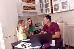 Familia feliz que tiene tiempos de la diversi?n en casa fotografía de archivo libre de regalías
