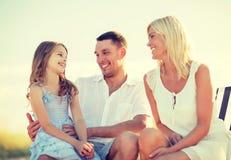Familia feliz que tiene una comida campestre foto de archivo libre de regalías