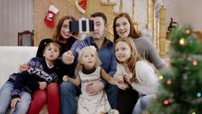 Familia feliz que toma el selfie en la fiesta de Navidad almacen de metraje de vídeo