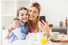 Familia feliz que toma el selfie por smartphone en casa Foto de archivo libre de regalías