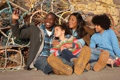 Familia feliz que toma la foto Imagen de archivo libre de regalías
