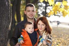 Familia feliz que toma un paseo al aire libre Foto de archivo libre de regalías