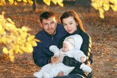 Familia feliz que toma un paseo al aire libre Imagen de archivo libre de regalías