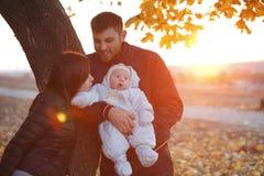 Familia feliz que toma un paseo al aire libre Imagenes de archivo