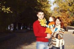 Familia feliz que toma un paseo al aire libre Fotografía de archivo libre de regalías