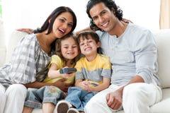Familia feliz que ve la TV junto Foto de archivo