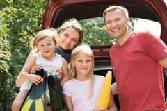 Familia feliz que viaja en coche Imagen de archivo libre de regalías
