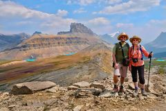 Familia feliz que viaja en montañas rocosas canadienses Imagenes de archivo