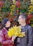 Familia feliz. Ramo de hojas de otoño amarillas. Foto de archivo libre de regalías