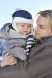Familia feliz Retrato del padre joven en un parque del invierno con el suyo Fotografía de archivo libre de regalías