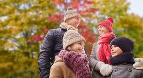 Familia feliz sobre fondo del parque del otoño foto de archivo libre de regalías