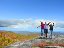Familia feliz, sonriente que disfruta de alza de la montaña del tiempo Fotografía de archivo libre de regalías