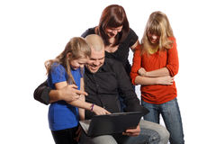 Familia feliz sonriente que mira el ordenador Imagen de archivo