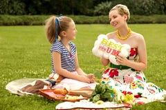 Familia feliz. Sonrisa hermosa de la mujer y de la chica joven. Día de la madre Foto de archivo libre de regalías