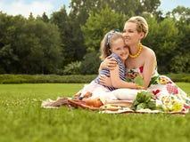 Familia feliz. Sonrisa hermosa de la mujer y de la chica joven. Día de la madre Fotografía de archivo libre de regalías