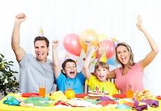 Familia feliz y cumpleaños foto de archivo