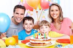Familia feliz y cumpleaños Imagenes de archivo