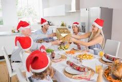 Familia festiva que intercambia los regalos Fotos de archivo libres de regalías