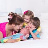 Familia grande con los niños en cama Imagenes de archivo