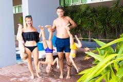 Familia grande de vacaciones por la piscina El concepto de una familia feliz Padre, madre y tres hijas junto E imagen de archivo libre de regalías