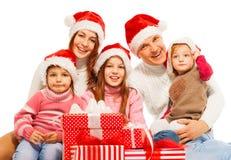 Familia grande en el sombrero de Papá Noel con los presentes fotos de archivo