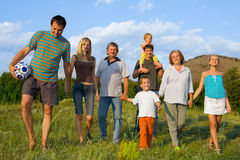 Familia grande feliz en la naturaleza Imagen de archivo libre de regalías