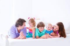 Familia grande feliz en una cama Imágenes de archivo libres de regalías