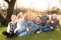 Familia grande feliz junto al aire libre Fotos de archivo