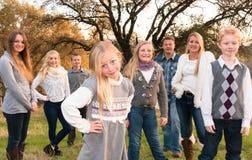 Familia grande feliz junto al aire libre Imagen de archivo