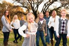 Familia grande feliz junto al aire libre Fotografía de archivo
