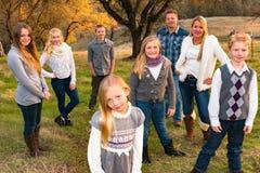Familia grande feliz junto al aire libre Foto de archivo libre de regalías