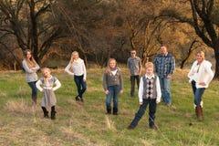 Familia grande feliz junto al aire libre Fotos de archivo libres de regalías