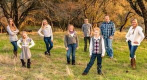 Familia grande feliz junto al aire libre Foto de archivo