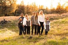 Familia grande feliz junto al aire libre Imágenes de archivo libres de regalías
