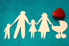 Familia grande La adopción de niños Cada niño tiene el derecho de tener una madre Fotos de archivo libres de regalías