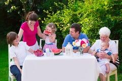 Familia grande que almuerza al aire libre Imágenes de archivo libres de regalías