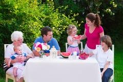 Familia grande que almuerza al aire libre Fotos de archivo libres de regalías