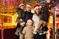 Familia grande que celebra Año Nuevo y la Navidad Foto de archivo libre de regalías