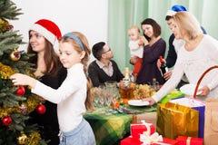 Familia grande que celebra Navidad Fotografía de archivo libre de regalías