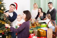 Familia grande que celebra Navidad Fotografía de archivo
