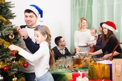 Familia grande que celebra Navidad Foto de archivo