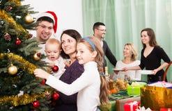 Familia grande que celebra Navidad Imagen de archivo libre de regalías