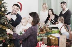 Familia grande que celebra Navidad Fotos de archivo