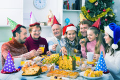 Familia grande que come junto durante cena de la Navidad festiva Fotografía de archivo