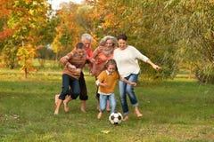 Familia grande que juega a fútbol Imagenes de archivo