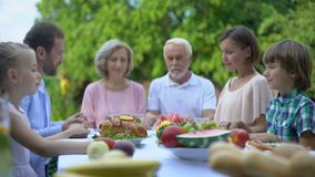 Familia grande que ruega junta decir la tolerancia antes de comida, de la religión y de la espiritualidad almacen de metraje de vídeo